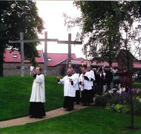During the stay at Walsingham an evening torchlight procession is held.